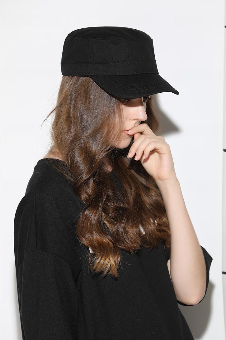 mũ lưỡi trai nữ chóp phẳng flat top màu đen chụp nghiêng